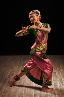 Bella donna ballerina di danza classica indiana bharatanatyam