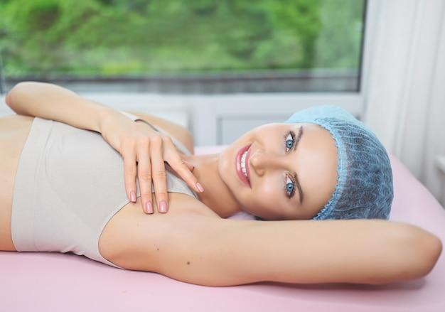 Bella donna che fa la procedura di depilazione