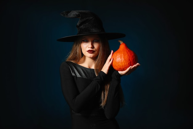 Bella donna vestita da strega per halloween al buio