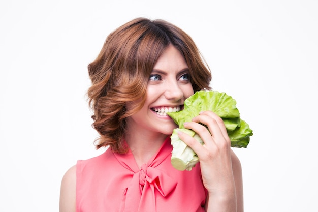 Bella donna che mangia insalata