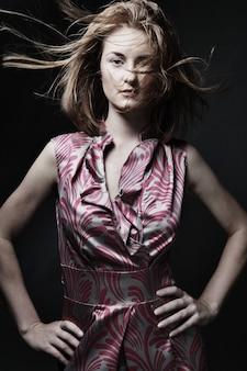 Bella donna in abito elegante, girato in studio