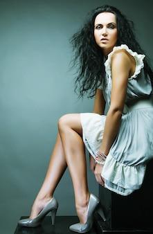 Bella donna in abito elegante