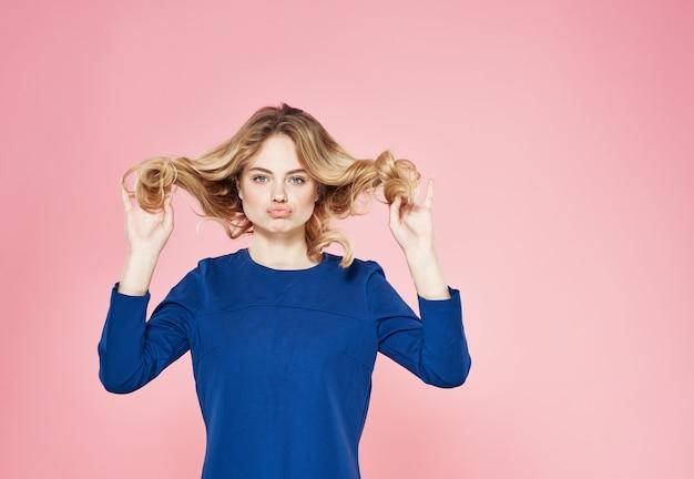 Bella donna elegante stile abito blu lifestyle emozioni sfondo rosa