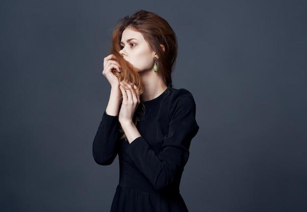 Bella donna elegante stile acconciatura moda glamour abito scuro