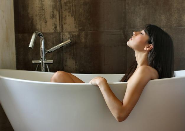 Bella donna godendo un bagno