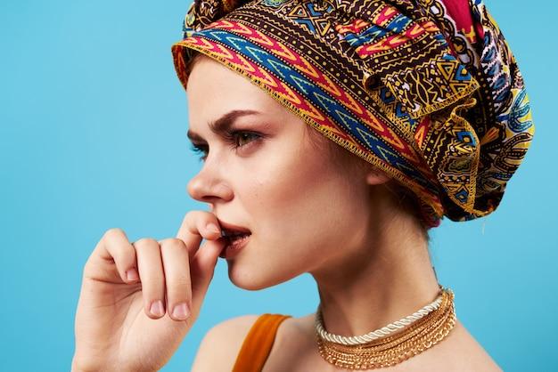 Bella donna etnia multicolore foulard trucco glamour isolato sfondo