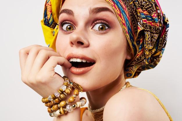 Bella donna etnia multicolore foulard trucco glamour sfondo chiaro