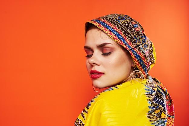 Modello multicolore dello studio di fascino di trucco del foulard di bella etnia della donna. foto di alta qualità