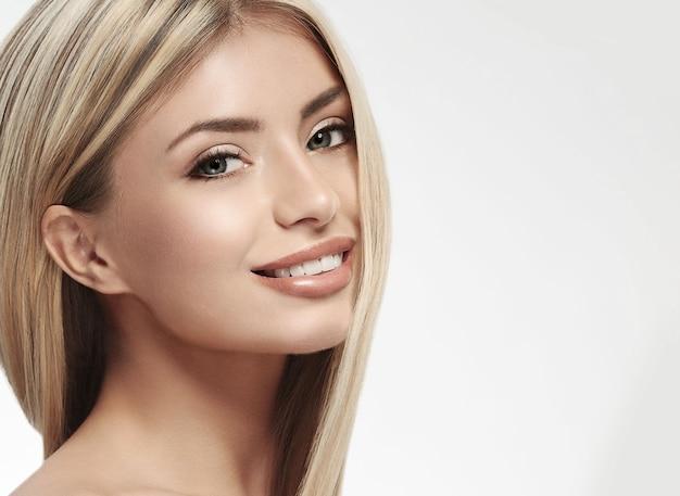 Bella donna viso capelli biondi ritratto primo piano studio su capelli lunghi bianchi