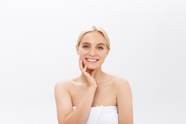 Bello concetto di cura di pelle di bellezza del ritratto del fronte della donna. modello di bellezza moda isolato su bianco