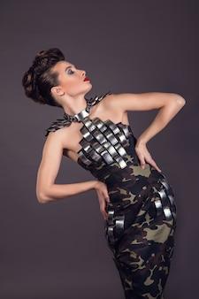 Bella donna in abbigliamento militare moda