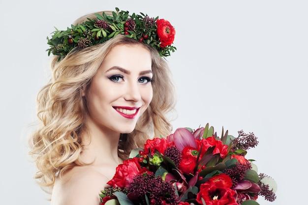 Bella donna modella con bouquet di fiori