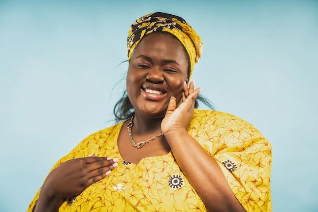 Una bella donna dall'africa che indossa abiti tradizionali. concetto di stile di vita e cultura