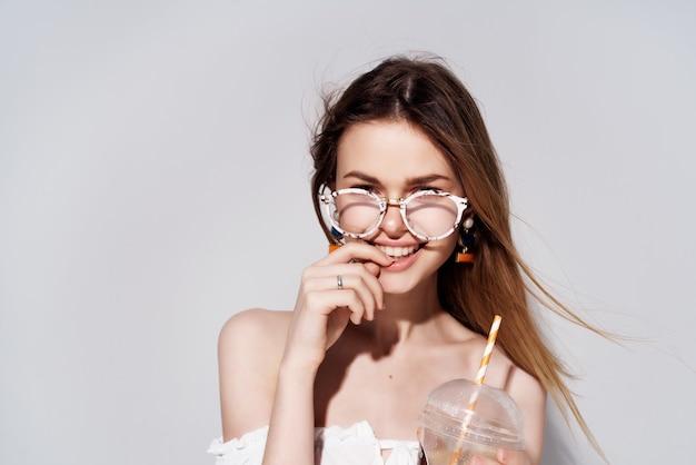 Bella donna un bicchiere con un drink in mano moda vista ritagliata