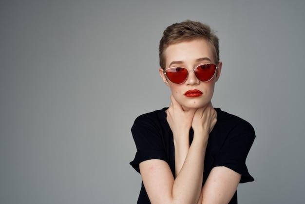 Bella donna mano gesto labbra rosse glamour sfondo scuro