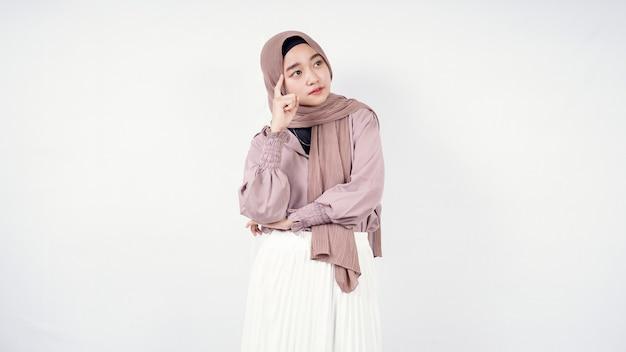 Bella donna in hijab pensando di trovare una buona idea isolata su sfondo bianco