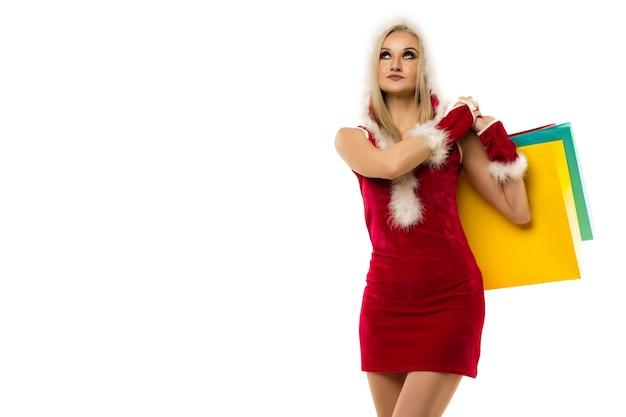 Una bella donna tiene in mano i sacchetti della spesa