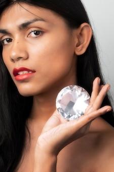 Bella donna che tiene in mano un grosso diamante