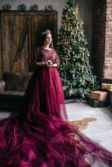 Bella donna a immagine della regina in color marsala