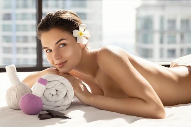 La bella donna si rilassa durante la sessione di massaggio asiatico