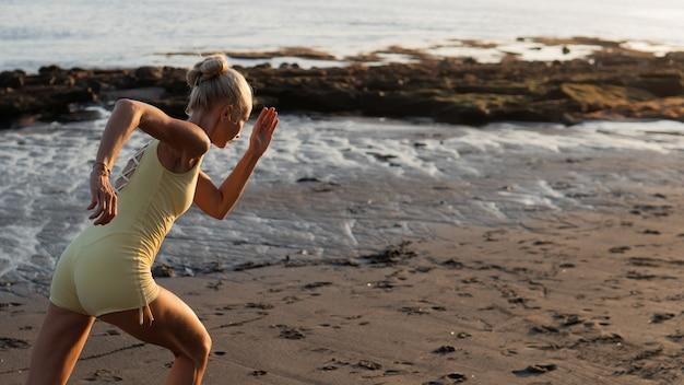 Bella donna che fa jogging sulla spiaggia. bali