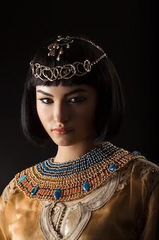 Bella donna come la regina egiziana cleopatra