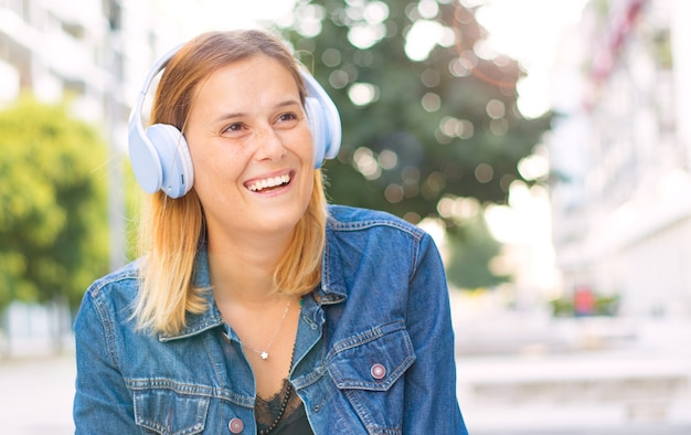Musica d'ascolto della bella donna con la cuffia