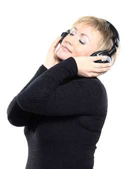 Bella donna che ascolta la musica.
