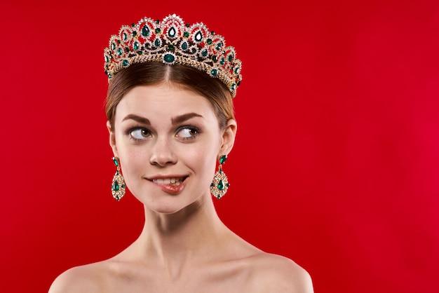 Bella donna lusso spalle nude cosmetici moda divertente sfondo rosso. foto di alta qualità