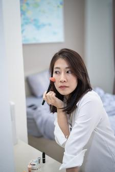 La bella donna compone in camera da letto, compone il concetto
