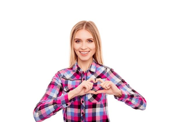 Bella donna che fa una figura del cuore con le sue mani