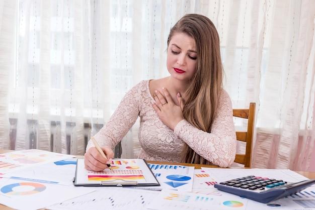 Bella donna manager sorpresa dai grafici finanziari