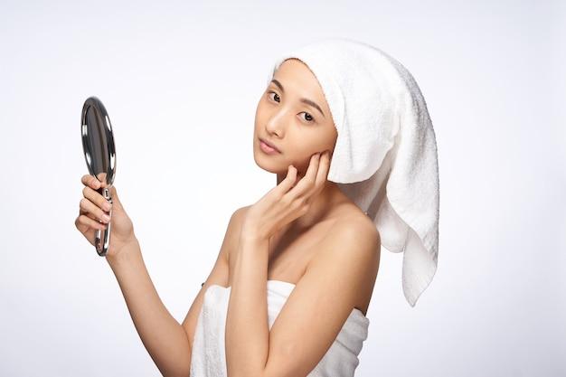 Bella donna specchio nelle mani pulite cosmetologia stile di vita salute della pelle