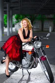 Bella donna su una moto