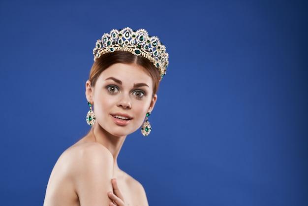 Bella donna spalle nude gioielli cosmetici aspetto attraente stile di vita ravvicinato. foto di alta qualità