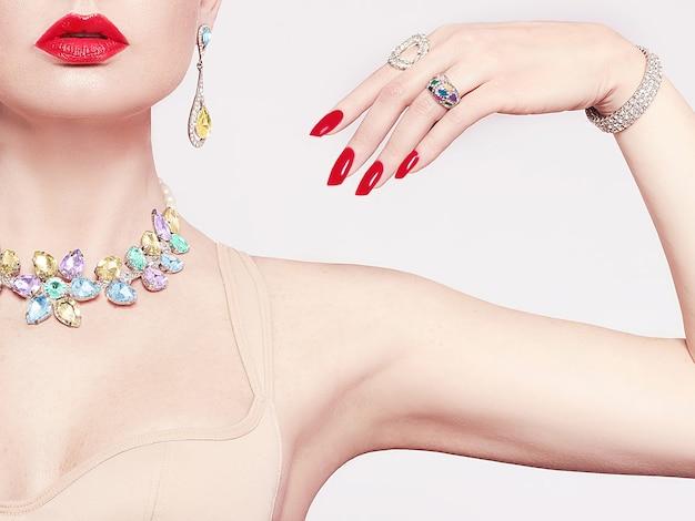Bella donna in una collana, orecchini e anello. modello in gioielleria da pietre preziose, diamanti.