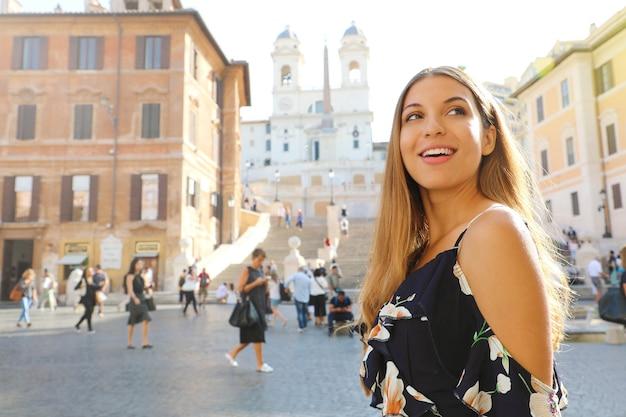 Bella donna in piazza di spagna a roma, italia