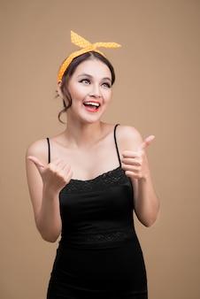 Ritratto di bella donna in stile pinup. gesto delle mani della donna asiatica