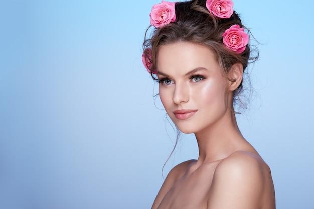 Ritratto di bella donna con fiore sulla testa