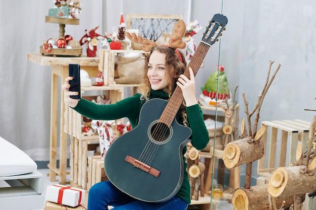 Bella donna in posa con la chitarra