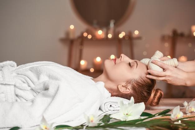 Bella donna che riceve un massaggio nel salone della stazione termale?