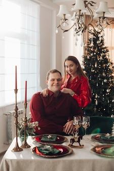Bella donna in abito rosso e suo marito in camicia rossa e pantaloni neri festeggiano st