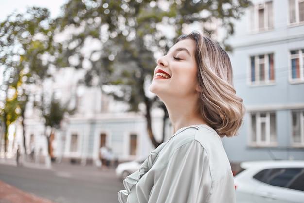 Bella donna labbra rosse fascino città a piedi street. foto di alta qualità