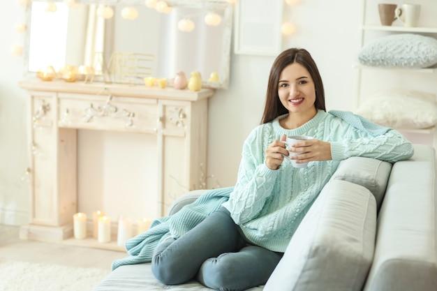 Bella donna che si rilassa a casa durante le vacanze invernali