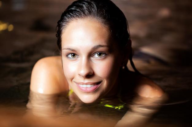 Bella donna che si distende in una spa