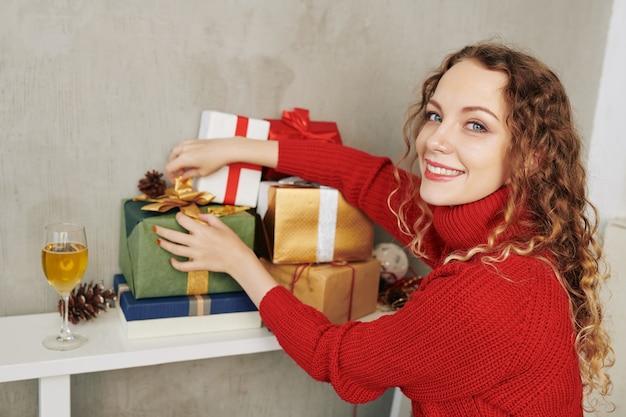 Bella donna che mostra i regali