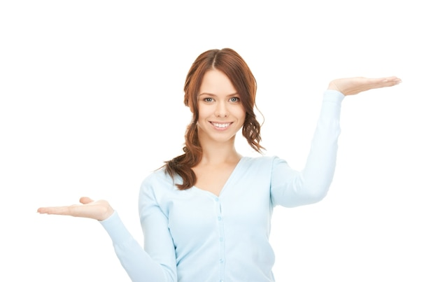 Bella donna che mostra qualcosa sui palmi delle sue mani