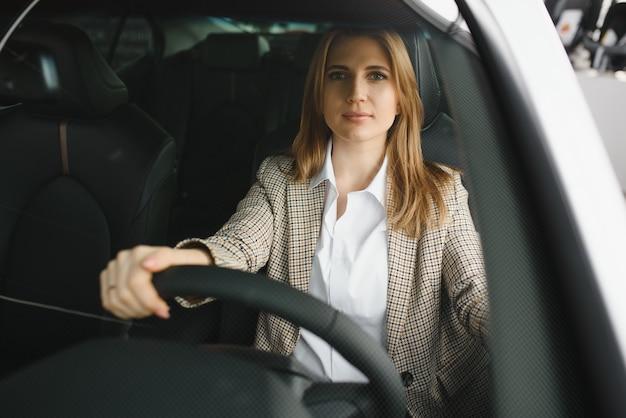 Bella donna seduta al volante di un'auto