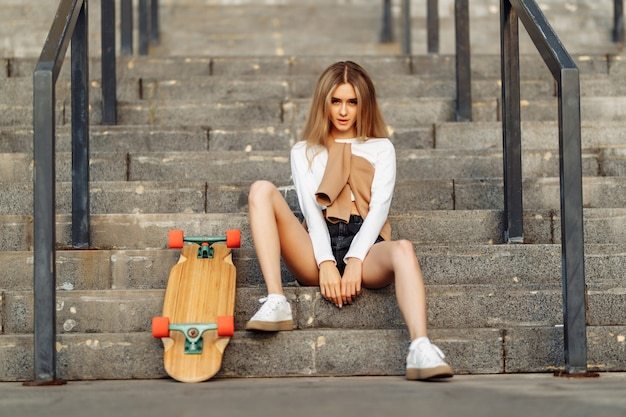Bella donna pattini in giro per la città. stile di vita e vacanze estive. foto di alta qualità