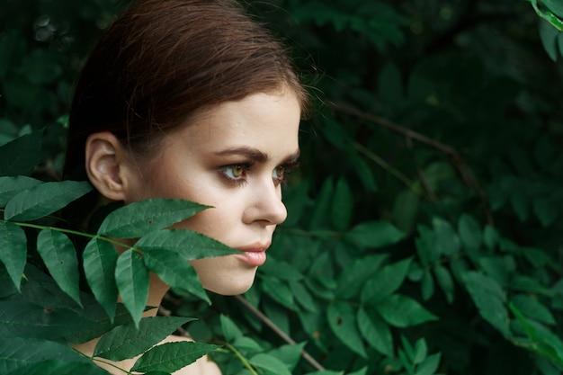 Bella donna cura della pelle spalle nude foglie verdi modello natura